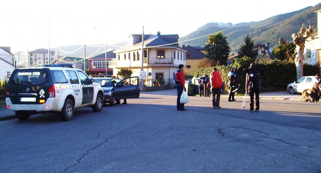 El grup intenta convencer al perro después de atravesar la carreretera detrás de ellos