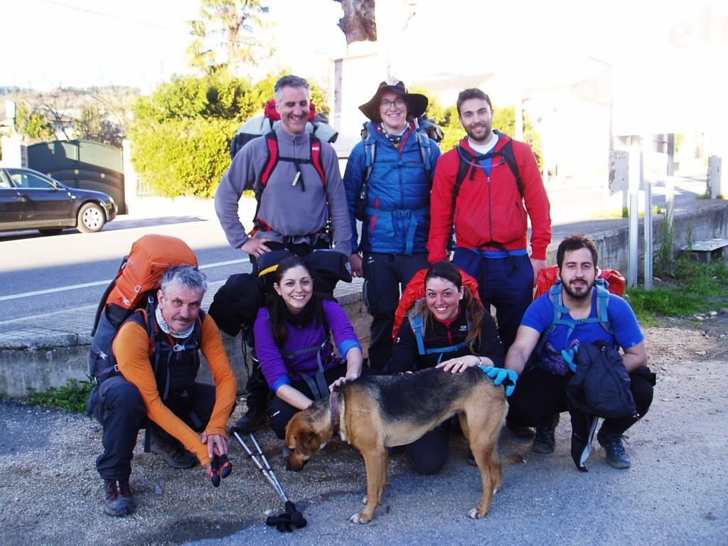 El grupo de peregrinos posa en A Rúa con el perro