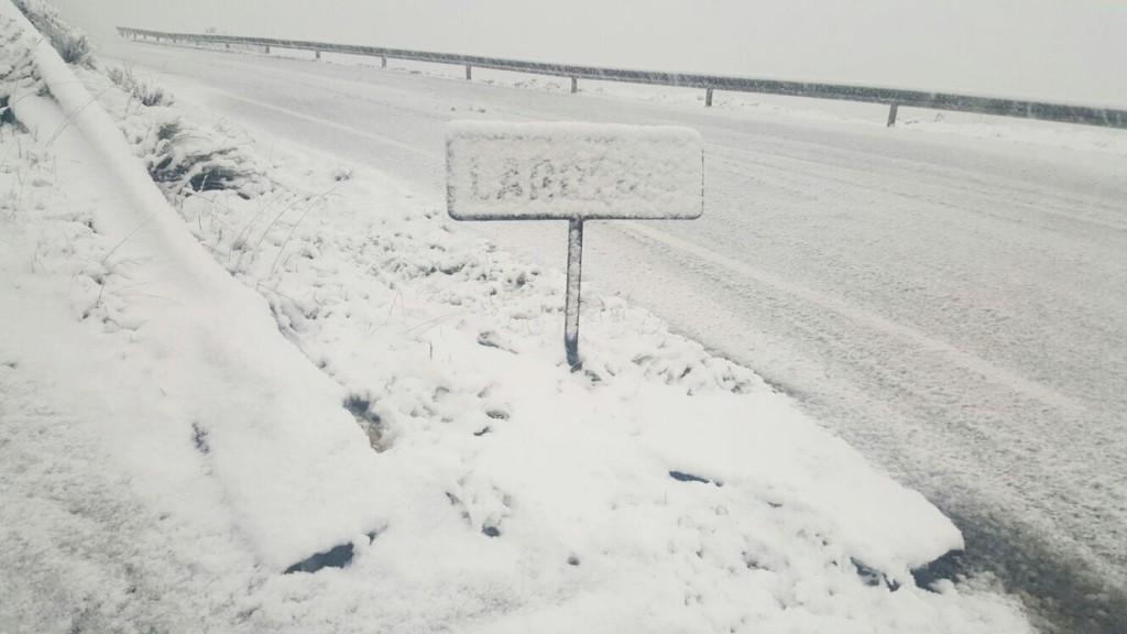 El rótulo de Lardeira sepultado por la nieve