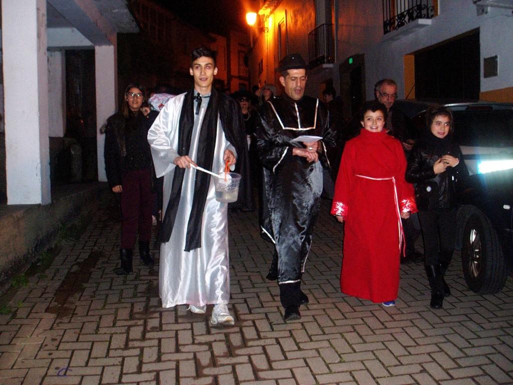 El sacerdote y monagillos a la cabeza de la comitiva