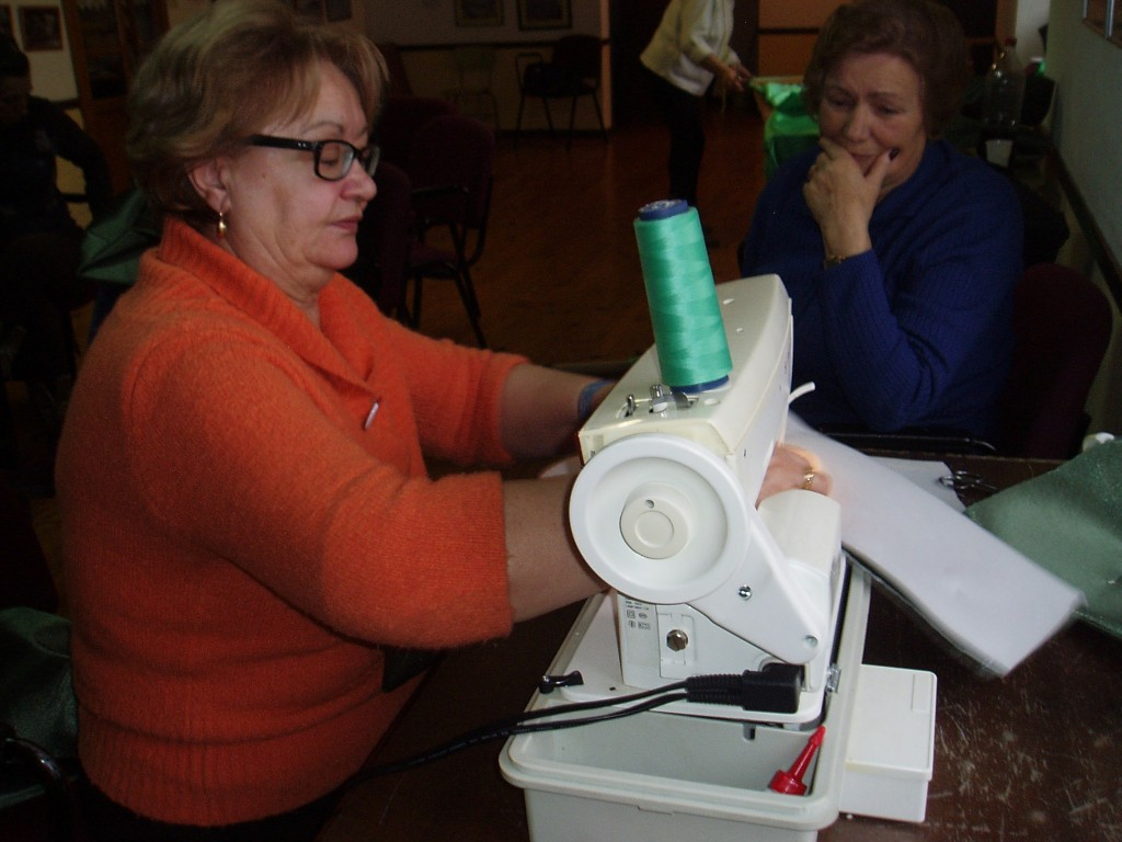 Empleando la máquina de coser