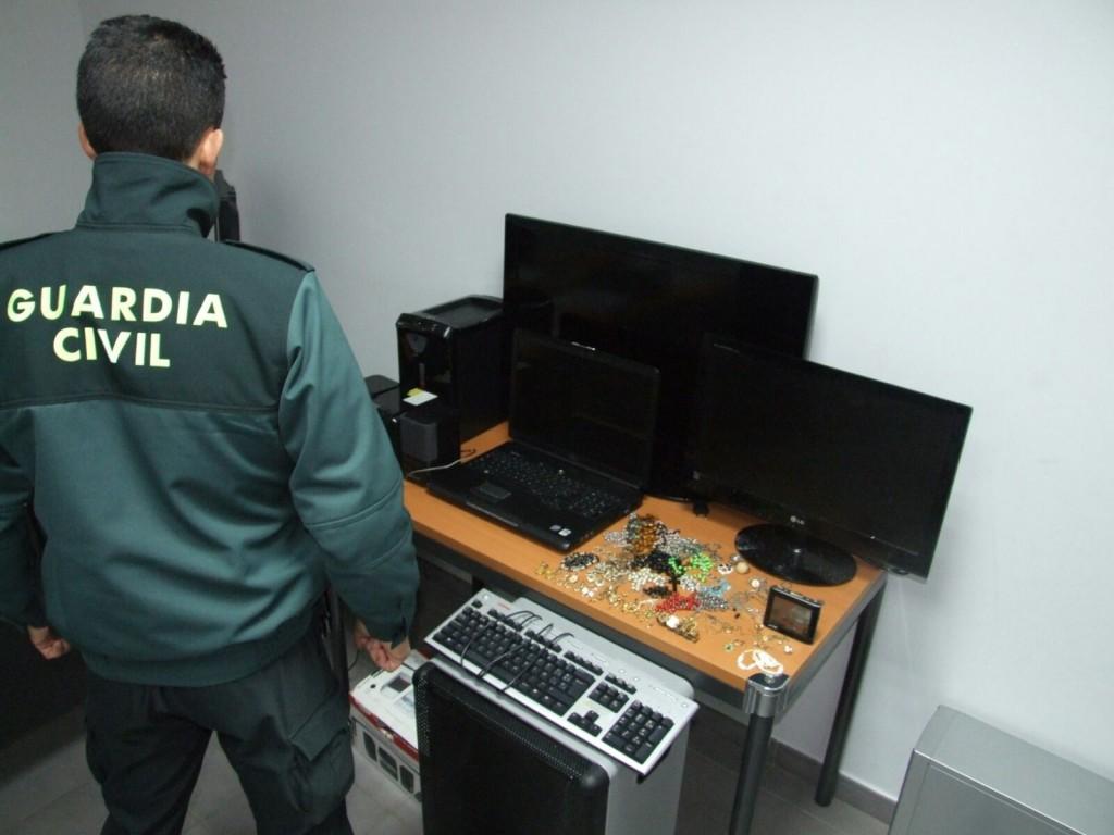 Guardia civl con objetos sustraídos
