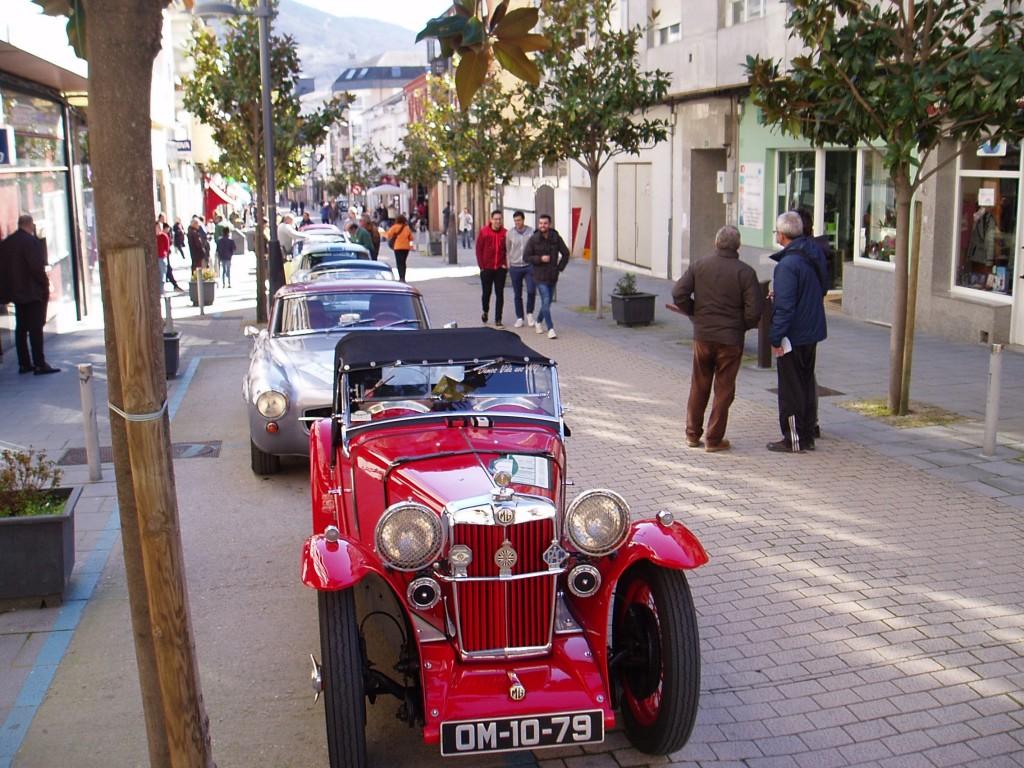 Hilera de coches clásicos en la Rúa Doctor Vila