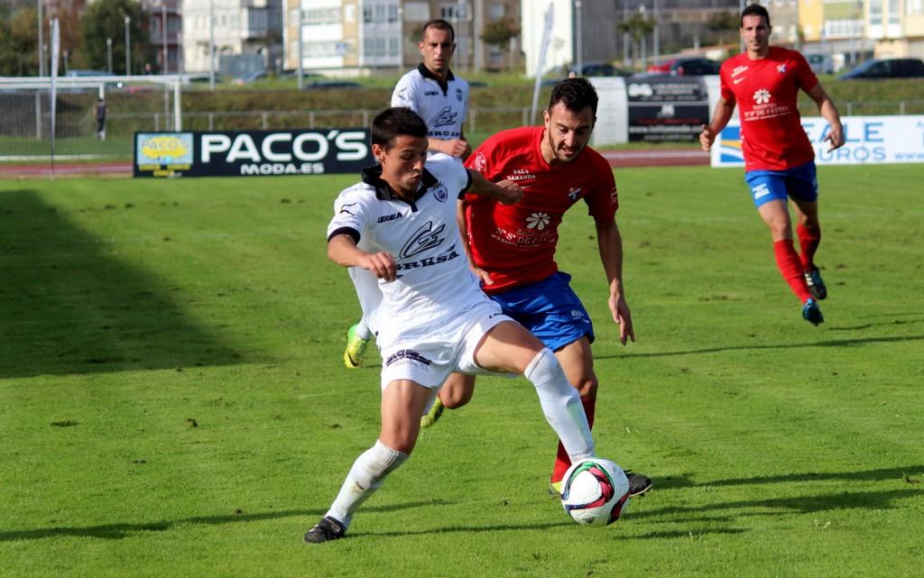Rubén Arce presionando a un jugador del Noia. Encuentro de ida