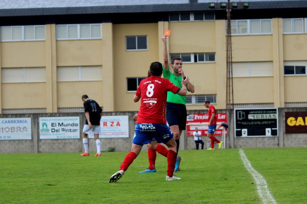 Extremadura Hernández le muestra la tarjeta roja a Rubén García