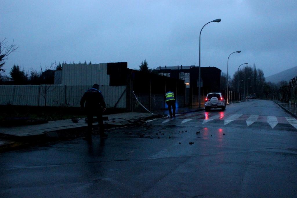 Los agentes retiran restos del muro de la calzada
