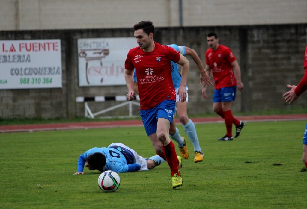 Borja conduce el balón durante el encuentro