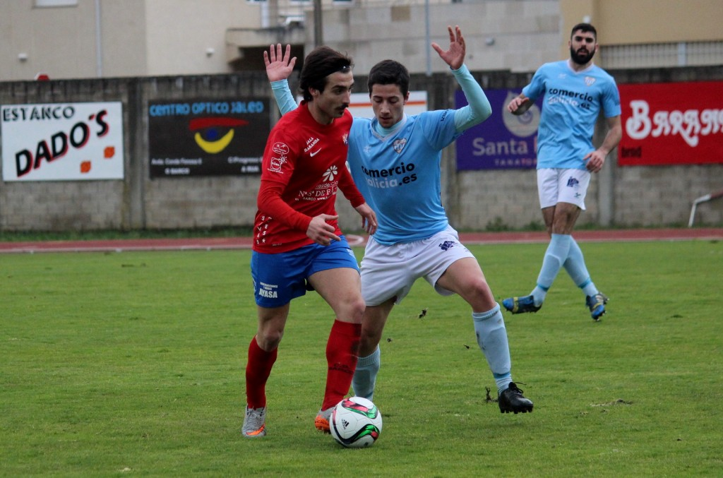 Rodri disputa el balón ante un jugador del Ribadeo
