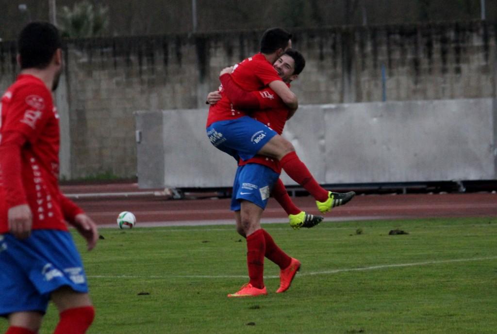 David Álvarez celebra junto a Javi Recamán el 1 a 0