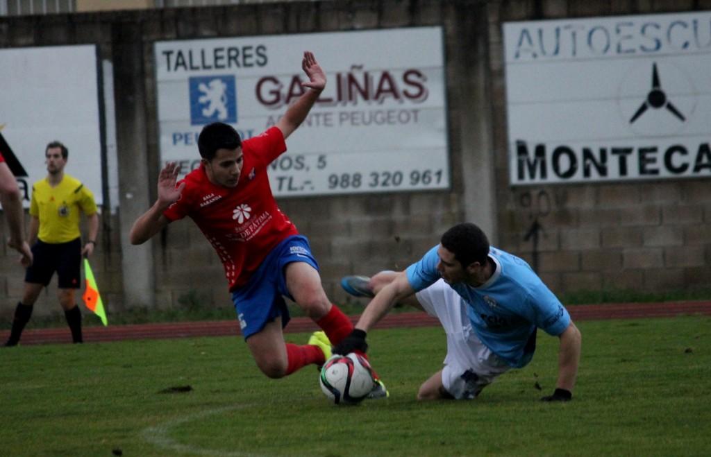 David Álvarez trata de sortear a un jugador visitante