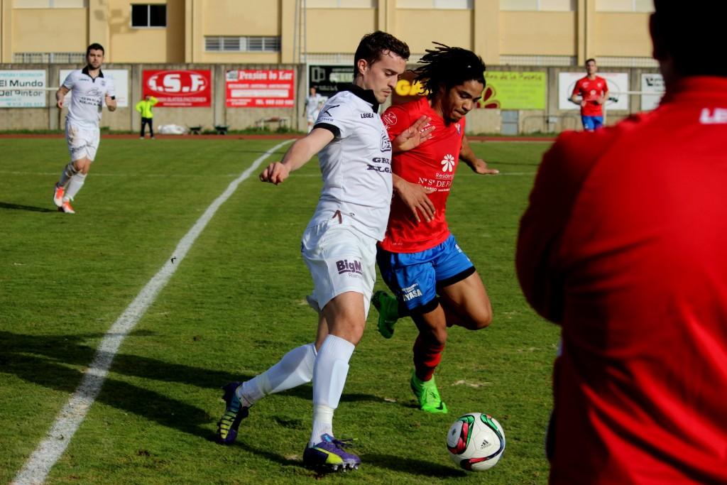 Josiño lucha el balón contra Mitogo