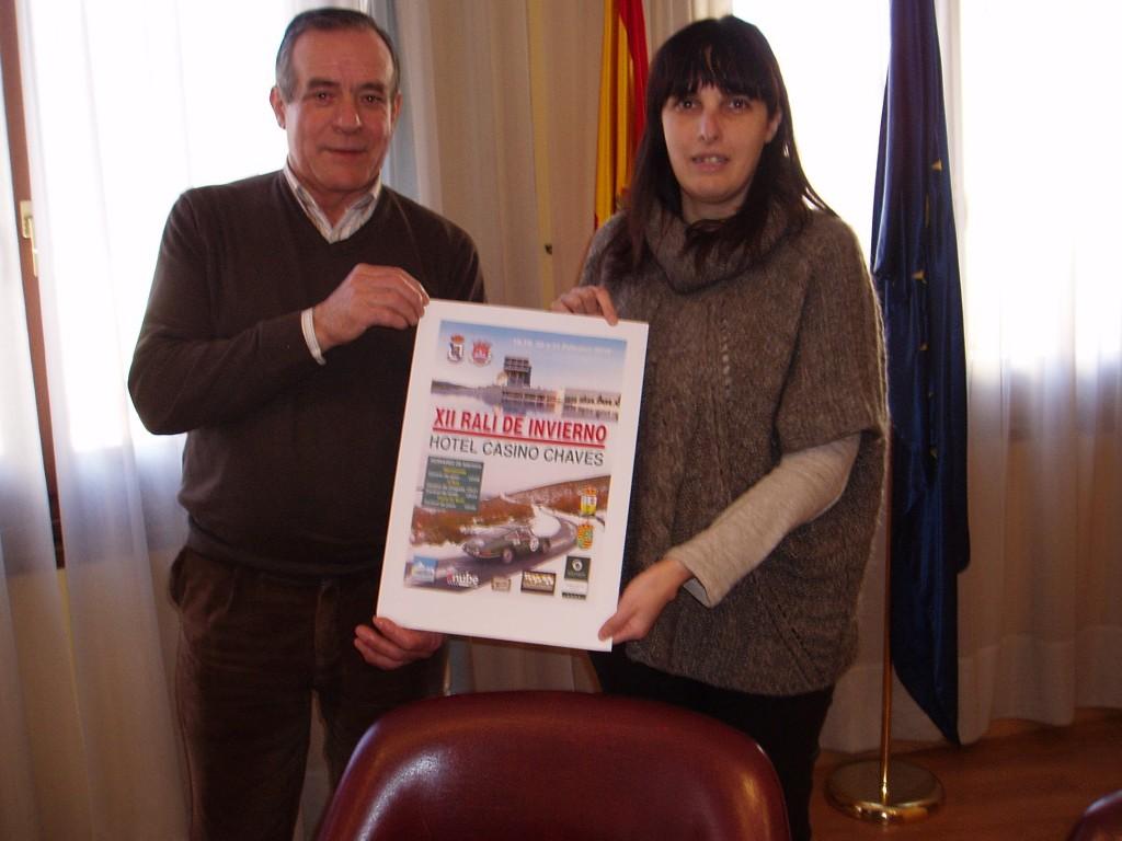 José Rodríguez y María Albert con el cartel del Rali de Invierno