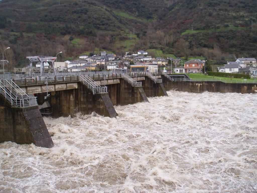 La presa de Valencia do Sil (Vilamertín) echa agua con mucha fuerza