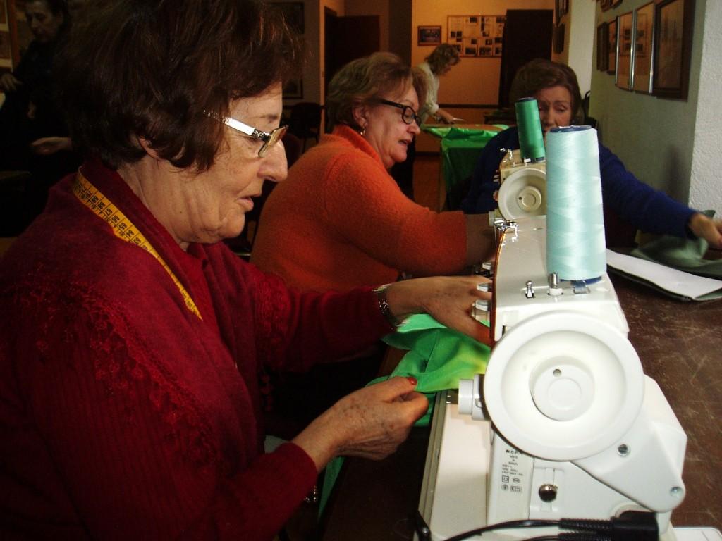 Las mujeres cosen a máquina una parte de los disfraces