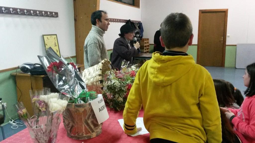 Los niños recibieron flores y libros