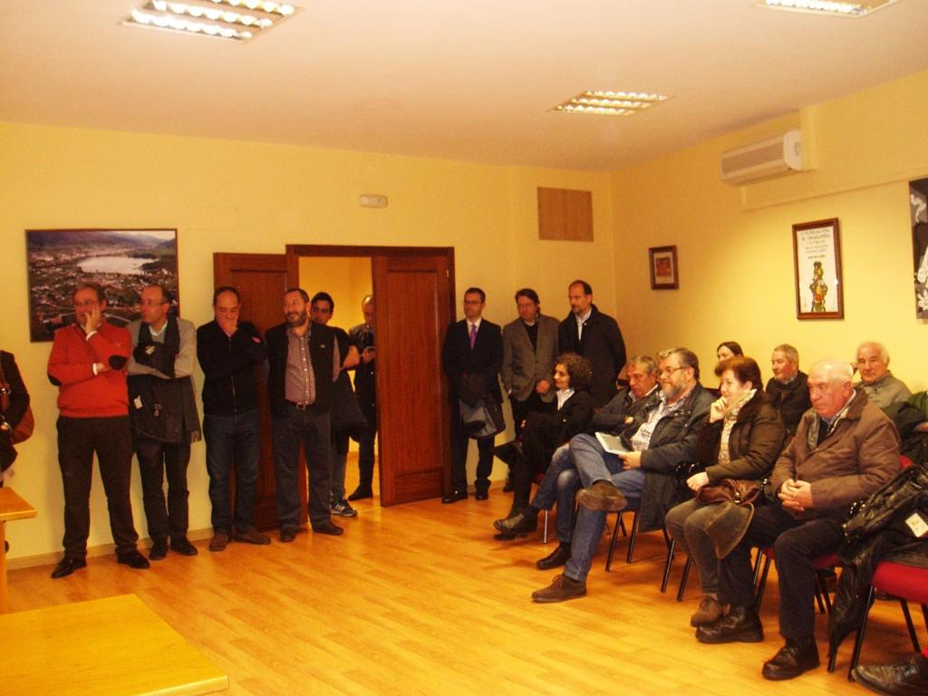 Luis Gudiña (a la izquierda) y representantes de los empresarios, comerciantes y empresas, entre el público