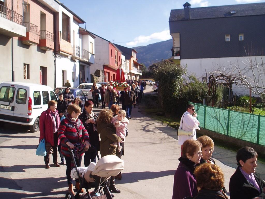 Manuel Martínez, presidente de la Asociación de Vecinos de Vilela, como sacristán en la procesión