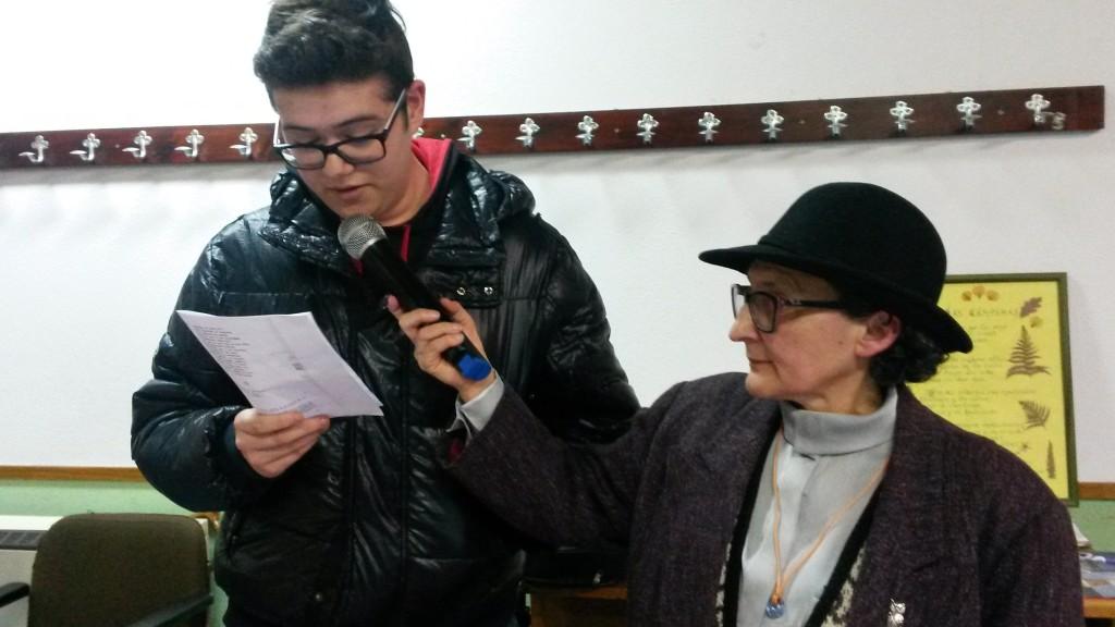 Otro joven leyendo un pasaje de Rosalía en A Rúa