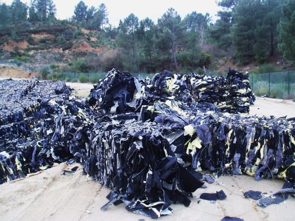 Residuos del material empleado para tapizar por dentro y aislar los coches