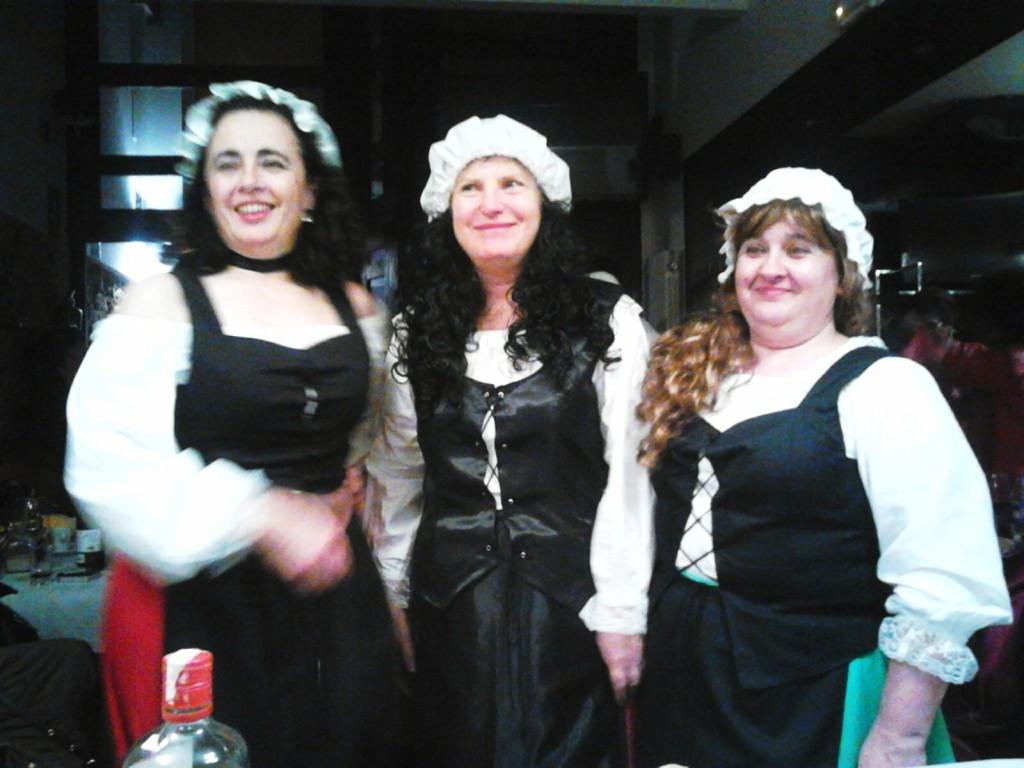 Tres mujeres haciendo gala del buen humor