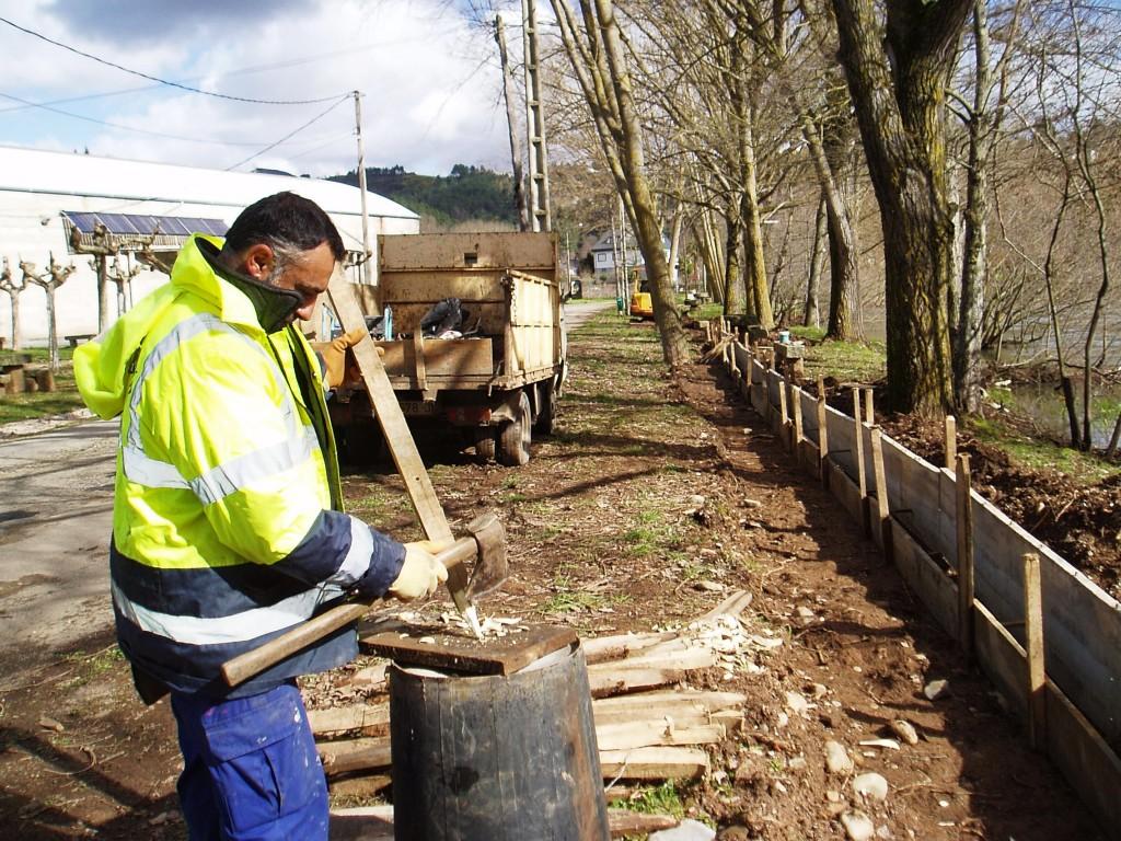 Un operario del Concello trabajando en un nuevo tramo de O Bañadoiro que será acondicionado