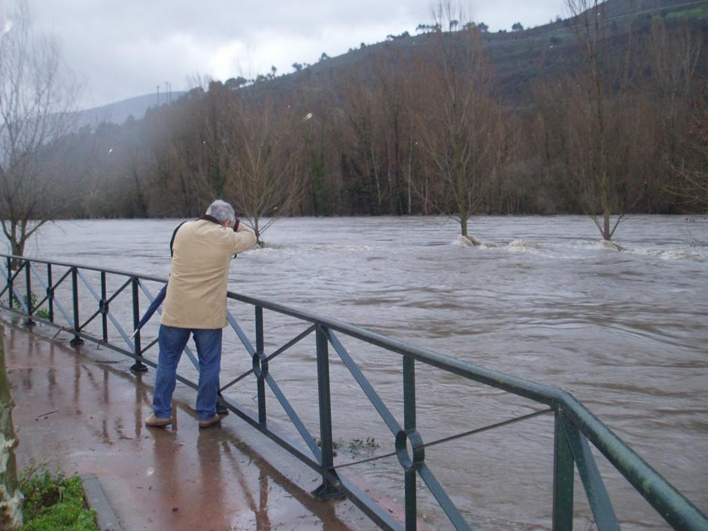Un vecino fotografiando la crecida del río Sil en O Barco