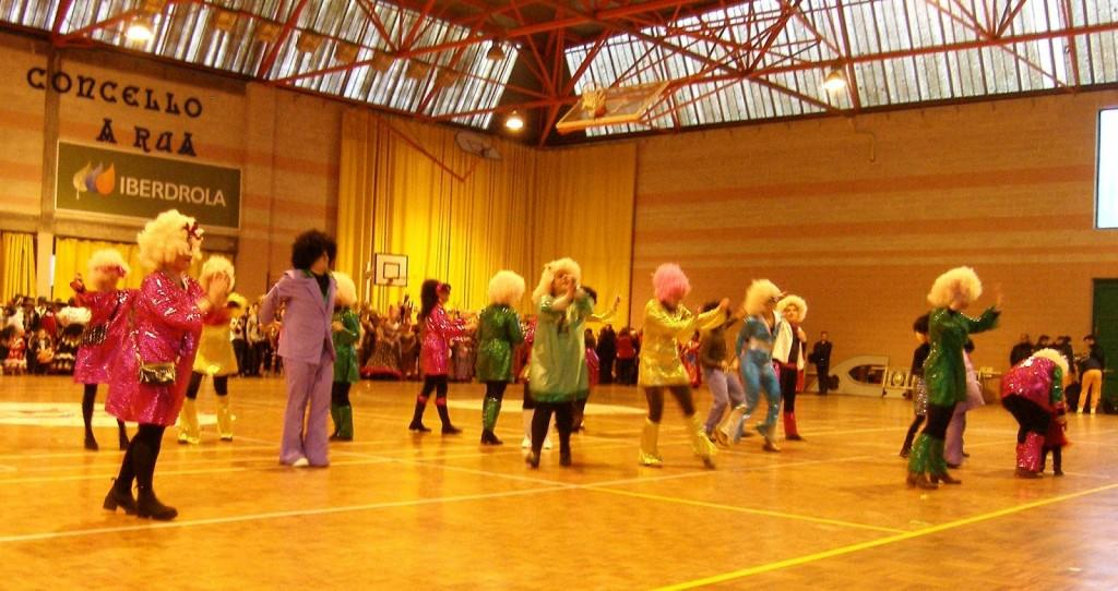 Una comparsa bailando