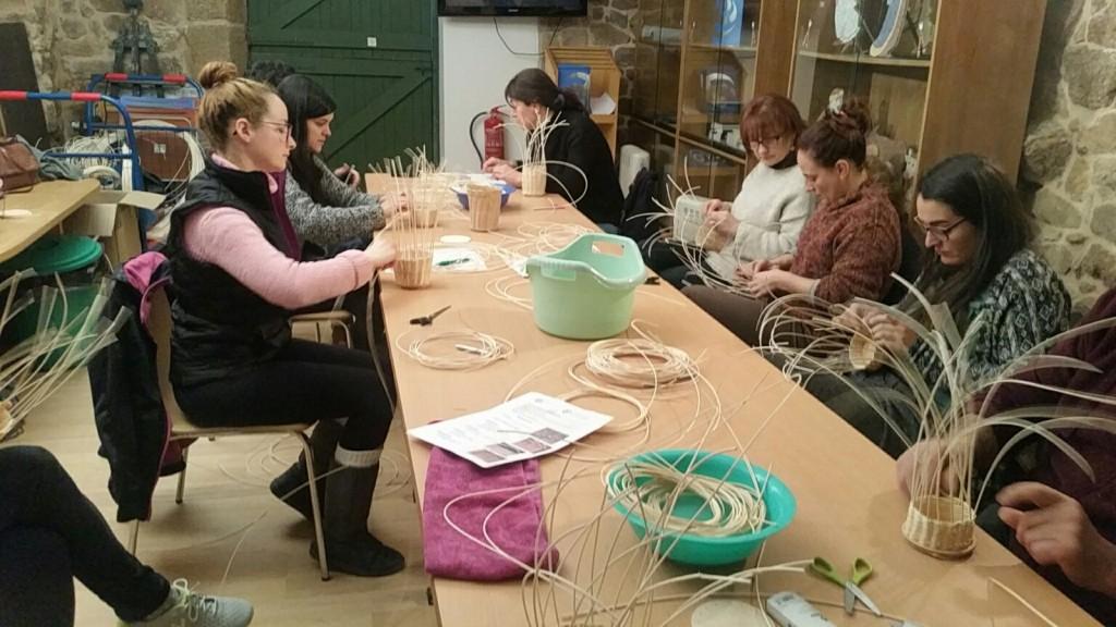 A Consellería de Economía, Emprego e Industria, a través da Fundación Centro Galego da Artesanía e do Deseño, está a colaborar coa Asociación de Artesáns de Ourense organizando o proxecto formativo Entrelazados