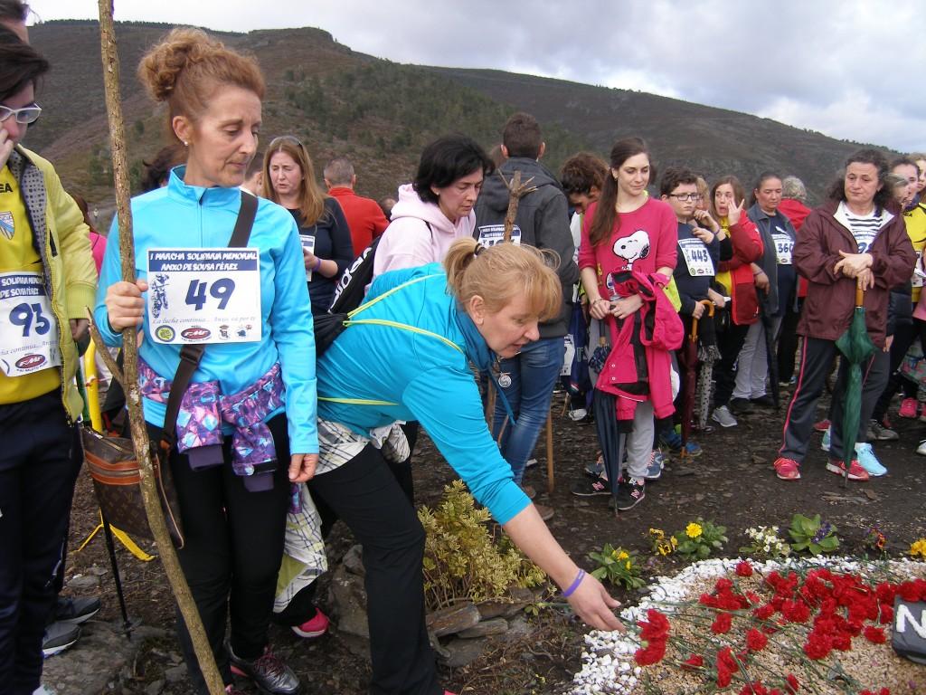 Uno de los momentos emotivos del Memorial, depositando claveles