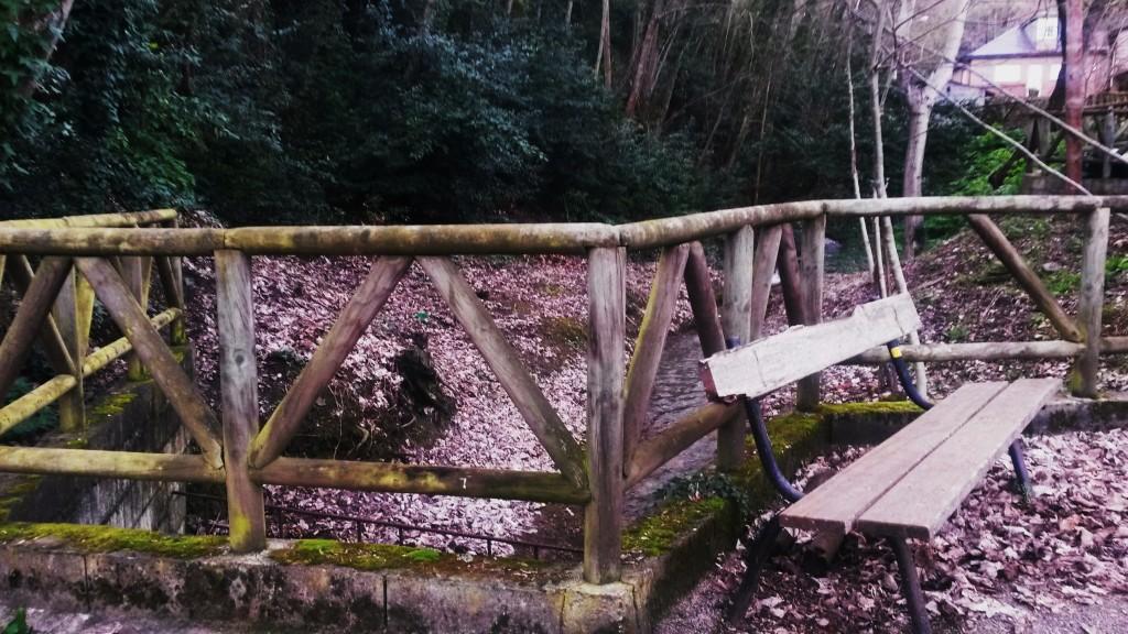 El arroyo de San Miguel detrás de esta barandilla