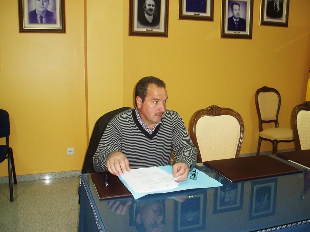 El independiente José Pinto junto a las sillas vacías del los ediles del PP
