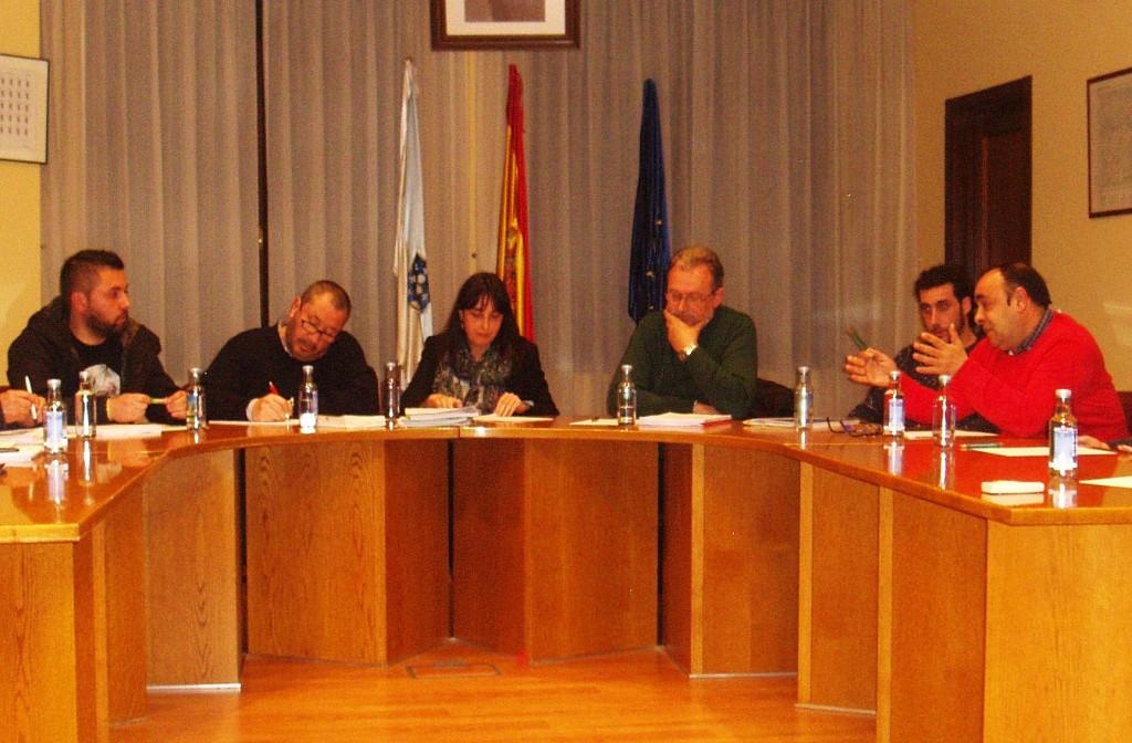 El nacionalista Avelino Fernández (a la derecha)  responde en el pleno  a Diego López (PP)  (a la derecha)