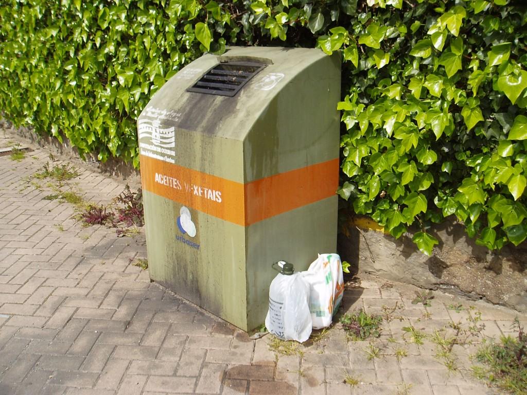 Hay quien deja los recipientes en el suelo y no los vacía en el contenedor