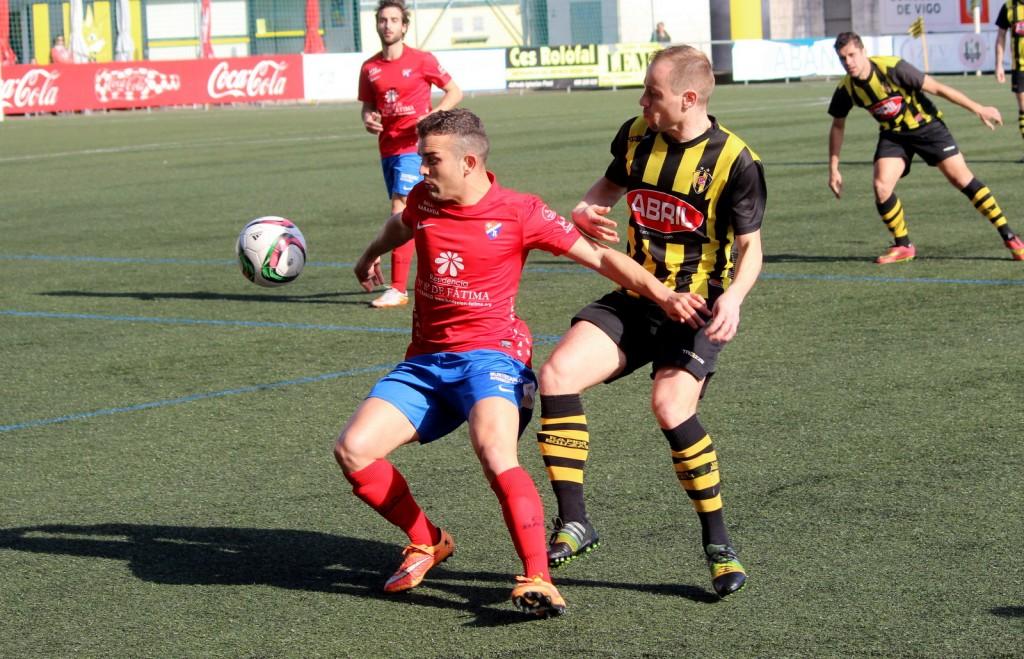 Diego Tato pugna por el balón ante un defensor vigués