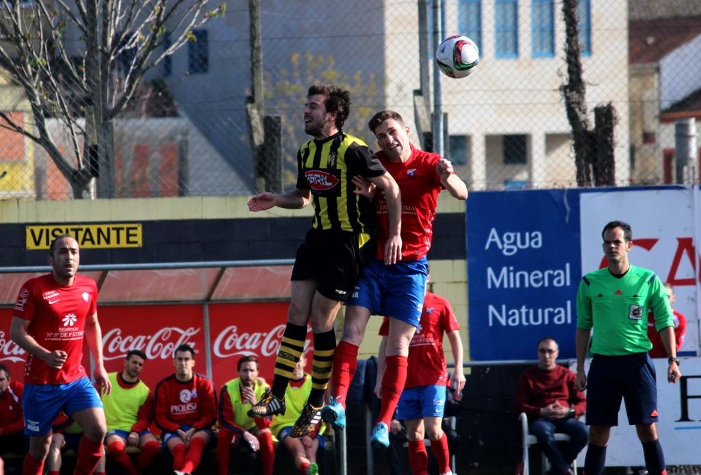 Borja y Vilas luchan por el balón de cabeza