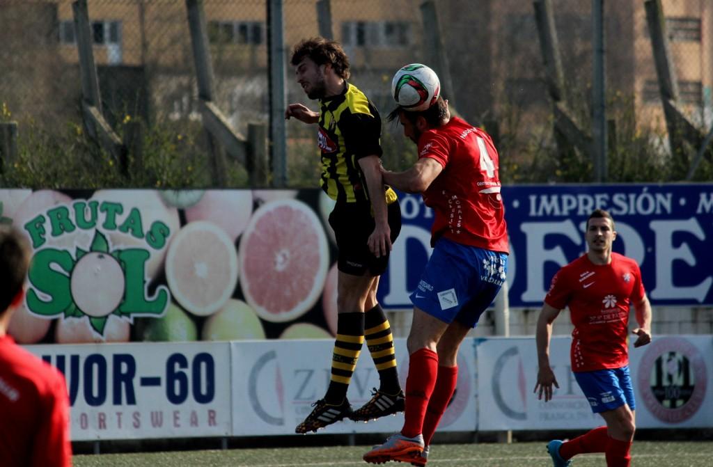 Pablo Corzo lucha con Vilas por el balón