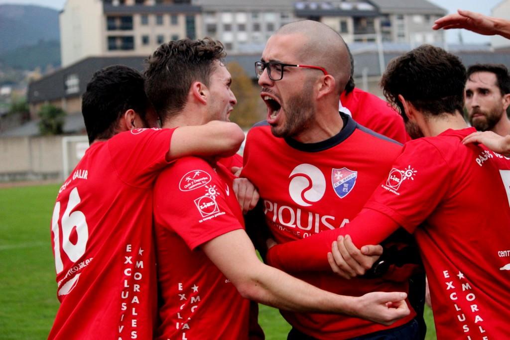 Jugadores y cuerpo técnico celebran el 4-4 logrado por Borja