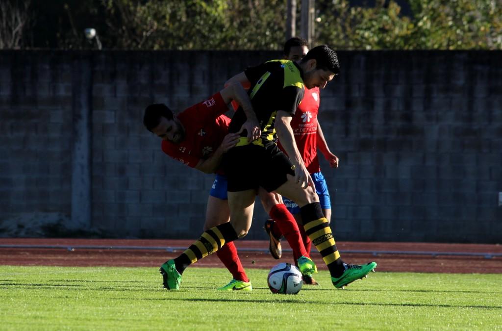 Rubén García pugna por un balón con un delantero vigués
