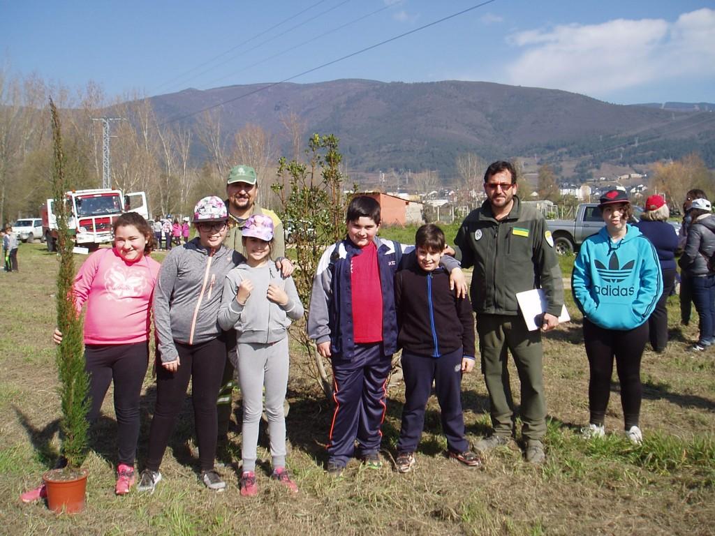 Isidro Martínez, agente forestal, con un grupo de niños en O Aguillón de A Rúa