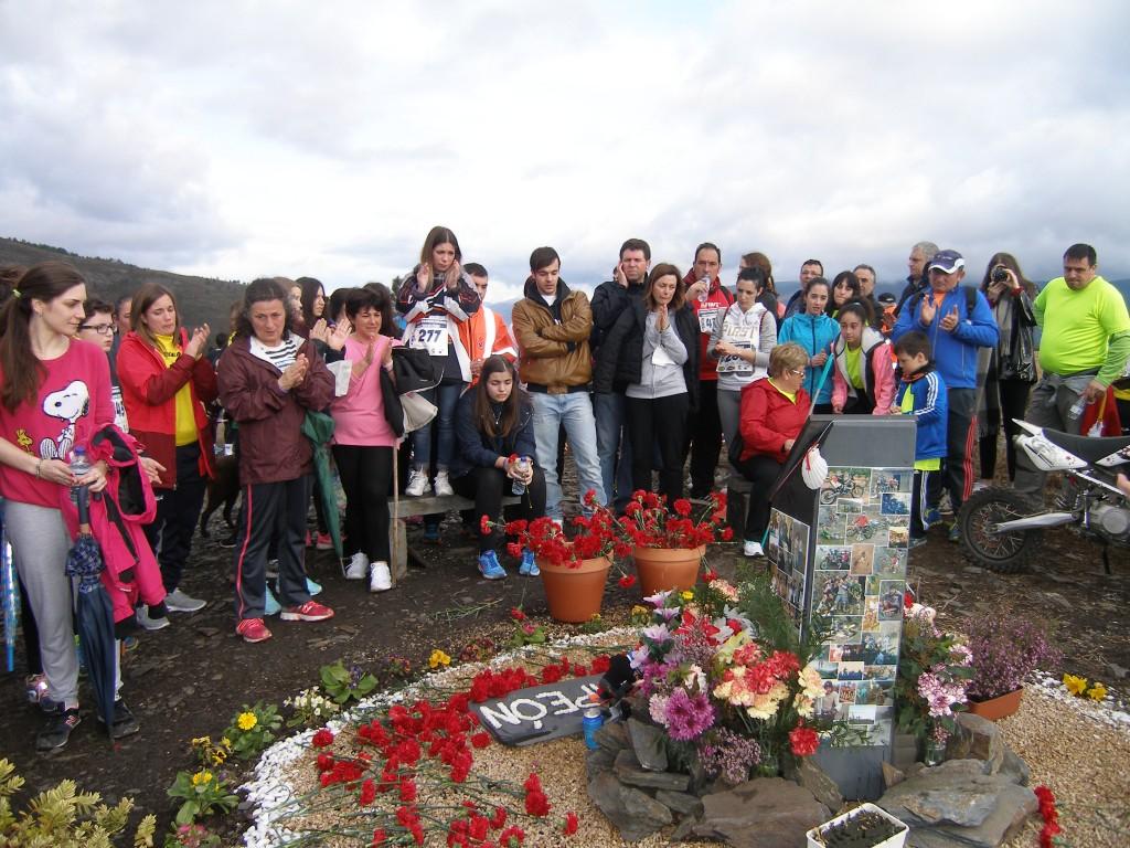 La familia de Anxo y los participantes depositaron claveles en el monumento del mirador