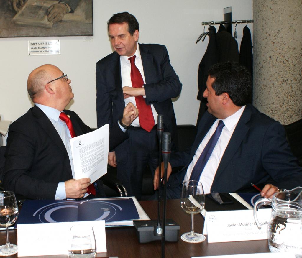 Manuel Baltar, con Abel Caballero, presidente da FEMP, e Javier Moliner, presidente da Deputación de Castellón