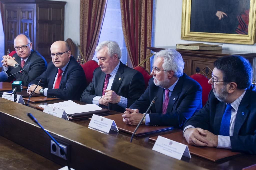 Manuel Baltar e Juan Manuel Viaño, na sinatura do convenio