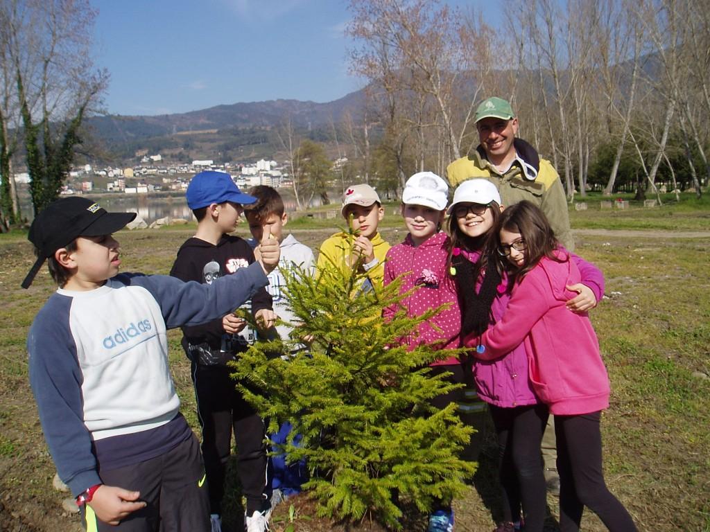 Otro grupo de niños con un agente forestal