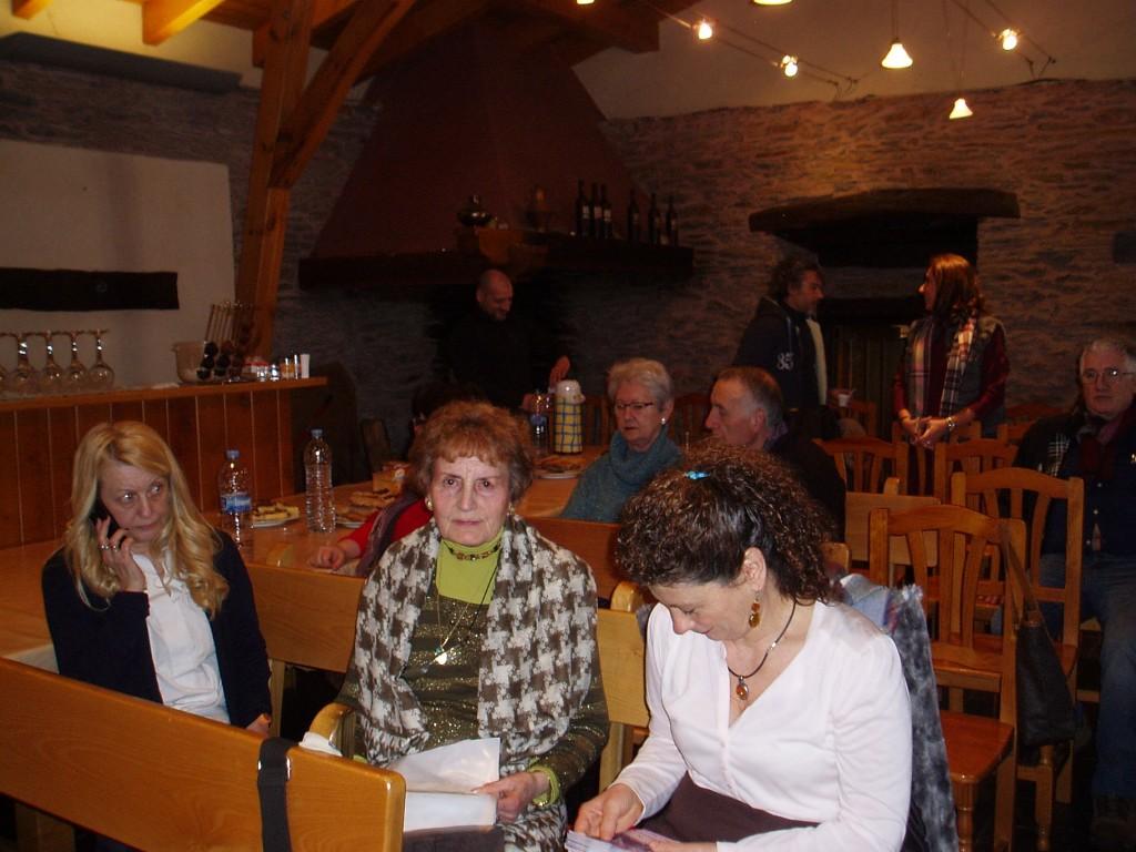 Ramón Porto al fondo, en el encuentro de poetas celebrado en A Coroa