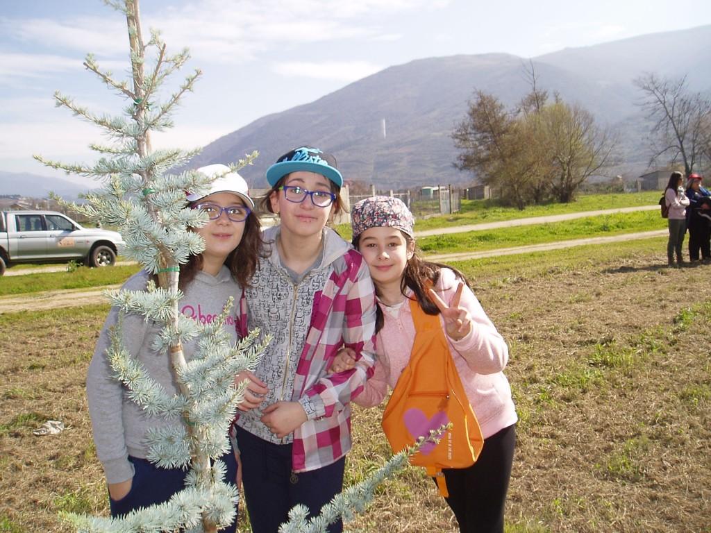 Tres niñas durante la plantación