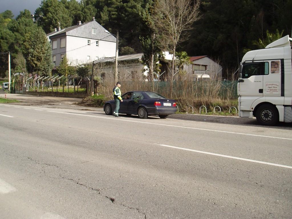 Un agente dirigiéndose a un conductor