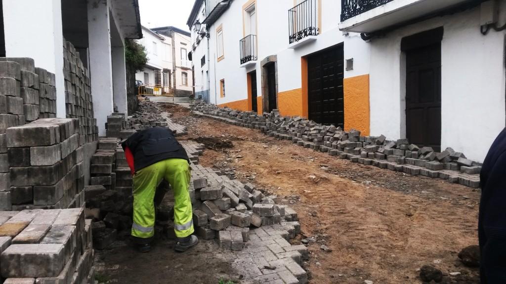 Un obrero eliminando todo el empedrado y limpiando la piedra para recolocarla más adelante