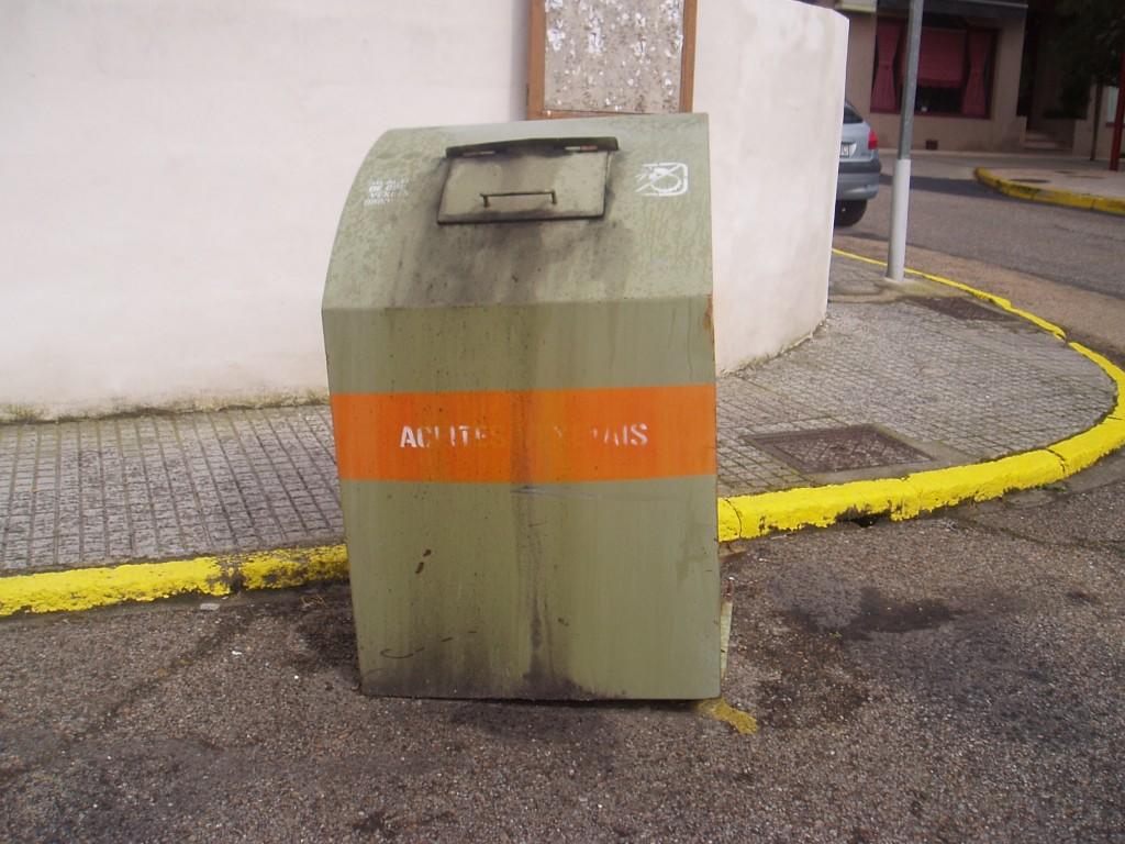 Uno de los contenedores en mal estado, en la Plaza Galicia