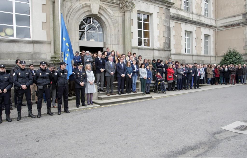 El titular de la Xunta presidió este mediodía el minuto de silencio convocado en memoria de las víctimas de los atentados  Autor: Conchi Paz
