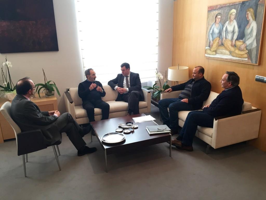 O conselleiro de Cultura, Educación e Ordenación Universitaria, Román Rodríguez, reuniuse onte con representantes da Fundación Carlos Casares